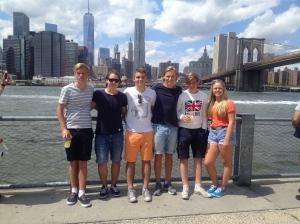 """Bilden är tagen från Brooklyn och bakgrunden syns """"the skyline of Manhattan"""" och """"Brooklyn bridge""""."""