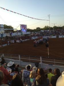 Cowboys presenterar sig inför tjurridningen.