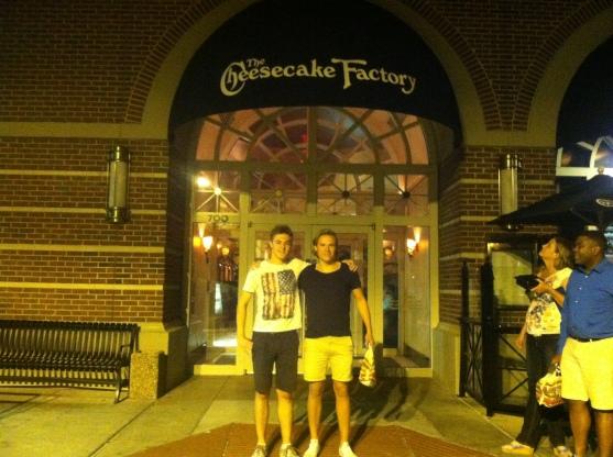 """Jag och Sasha utanför """"The Cheesecake Factory"""". Här ifrån köpte vi även med oss en gigantisk och mycket god Cheesecake."""