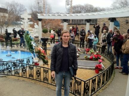 Elvis gravsten i bakgrunden