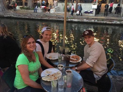 Mat längs floden
