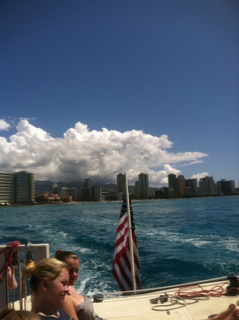 Ute på katamaranen, Honolulu i bakgrunden